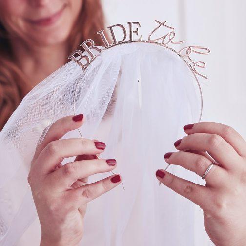 Μεταλλική Στέκα «Bride To Be» <br> Με Τούλι